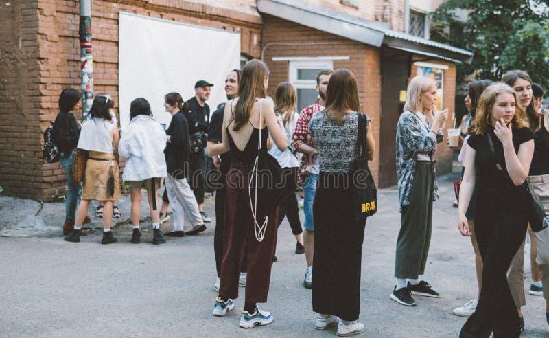 Ucrânia, Kyiv - 1º de junho de 2019: Festa do quarteirão Kyiv Os adolescentes novos e na moda estão andando na rua principal da c imagens de stock