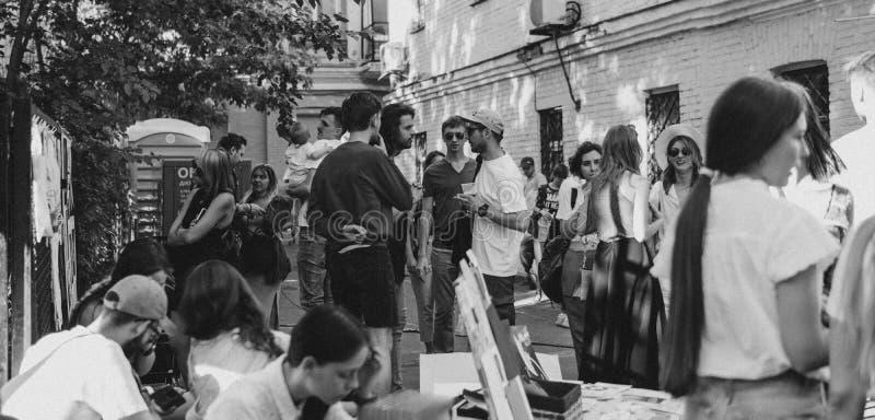 Ucrânia, Kyiv - 1º de junho de 2019: Festa do quarteirão Kyiv Os adolescentes novos e na moda estão andando na rua principal da c imagem de stock royalty free
