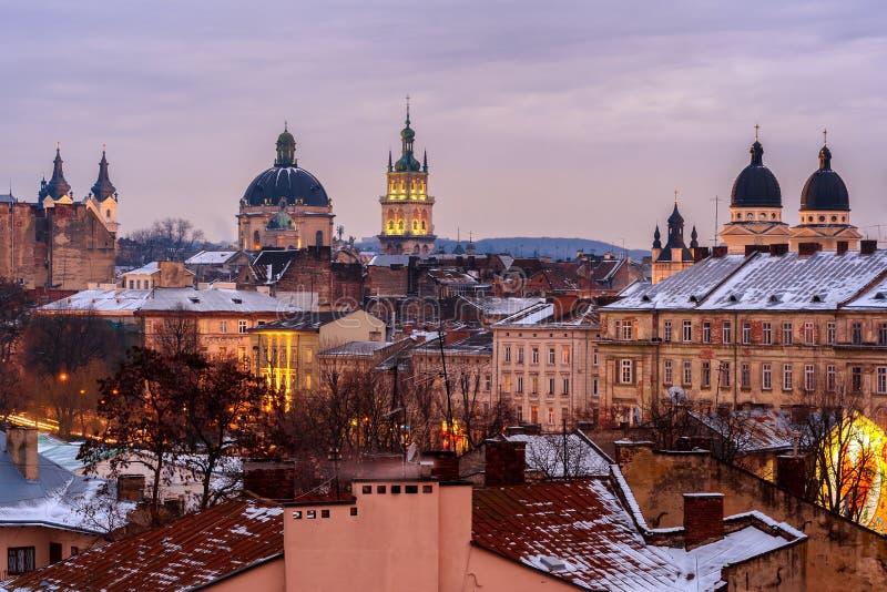 Ucrânia, Lviv - dezembro, 16, 2016: Noite Lviv Vista do ce foto de stock royalty free
