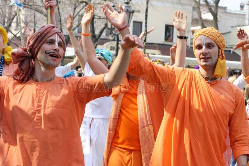 Ucrânia, Odessa - 1º de abril de 2019 membros de Krishna da lebre para cantar e dançar durante uma procissão festiva dedicada ao  foto de stock royalty free