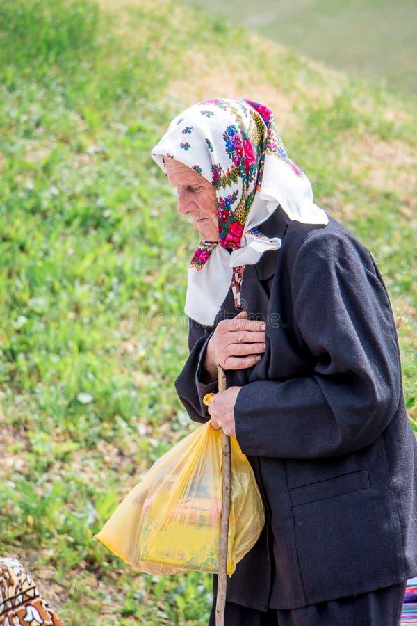 ucrânia Região de Khmelnitsky Em maio de 2018 Uma mulher idosa sente o pa imagens de stock