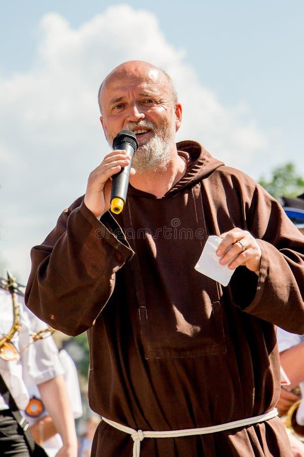 ucrânia Região de Khmelnytsky Em junho de 2018 Sermão do católico p fotografia de stock royalty free