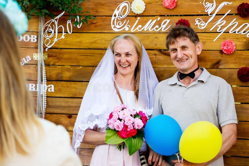 ucrânia Região de Khmelnytsky Em junho de 2018 Um ancião e um elderl fotografia de stock royalty free