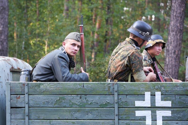Ucrânia, Voronezh - 2 de setembro de 2018: Reconstrução da segunda guerra mundial, soldados alemães que montam no carro foto de stock