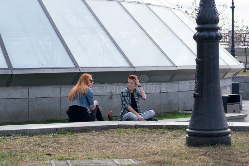 UCRÂNIA, KIEV-SEPTEMBER 24,2017: Adolescentes na rua de Khreshchatyk Álcool da bebida dos adolescentes na rua imagem de stock royalty free