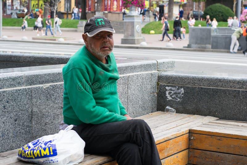 UCRÂNIA, KIEV-SEPTEMBER 24,2017: Sem abrigo na rua principal O problema do os sem-abrigo que vive nas ruas imagens de stock