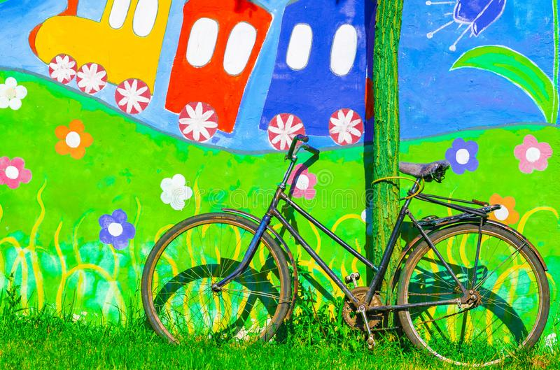 UCRÂNIA, POKROV - 4 DE JULHO DE 2019: Nome Mozolevsky do parque da cidade Bicicleta velha do vintage na parede colorida brilhante fotos de stock royalty free