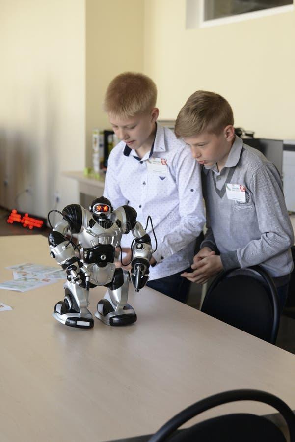 UCRÂNIA, SHOSTKA-MAY 12,2018: Os alunos olham o robô na exposição no centro da TI foto de stock royalty free