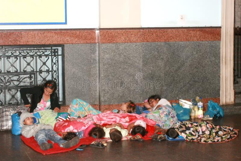 Ucrania, agosto de 2018 los refugiados sin hogar vive en la estación Una familia grande de bezentsev que duerme en la calle Ni?os fotos de archivo libres de regalías
