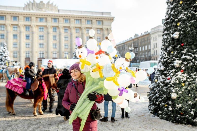 Ucrania, Kharkov vendedor del globo del mercado de la Navidad del 30 de diciembre de 2018 en la feria del invierno del Año Nuevo fotos de archivo libres de regalías