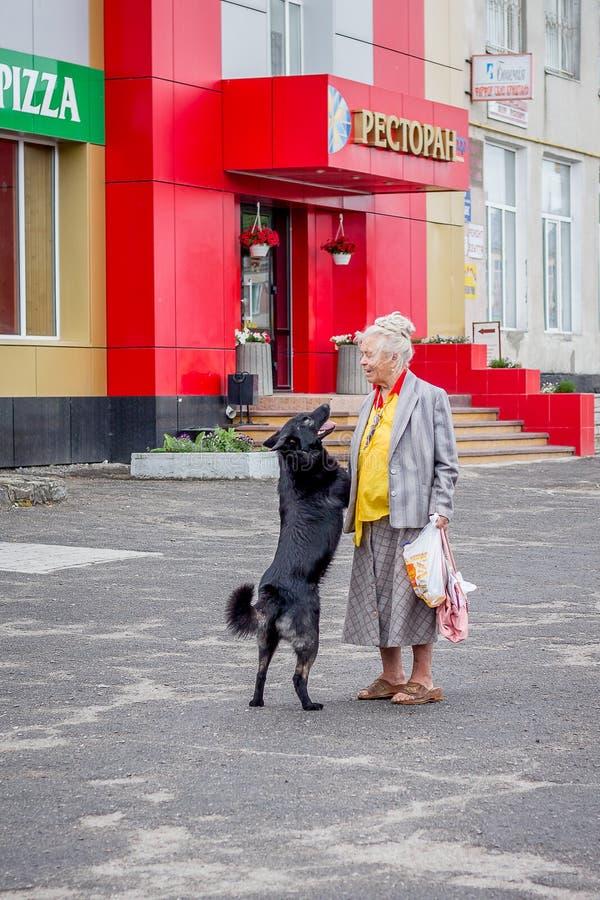 ucrania Khmelnytskyi En mayo de 2018 La abuela abraza su bl querido fotografía de archivo libre de regalías