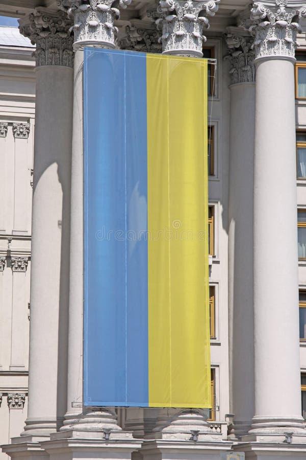 ucrania kiev Bandera ucraniana en el edificio del Ministerio de Asuntos Exteriores imagenes de archivo