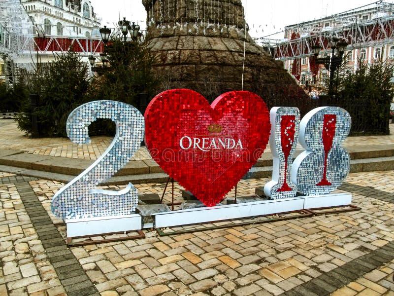 Ucrania, Kiev - 31 de diciembre de 2017: Oreanda 2018 - instalación plástica en las lentejuelas para el nuevo 2018 fotografía de archivo libre de regalías
