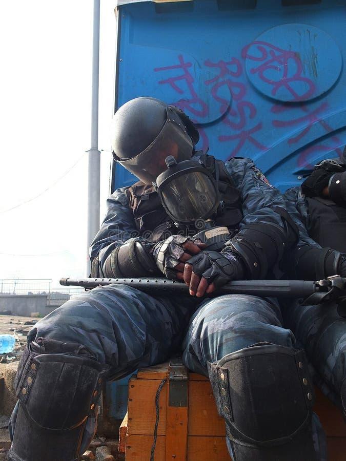 Ucrania, Kiev La calle protesta en Kiev en el Maidan, policía cansada imágenes de archivo libres de regalías
