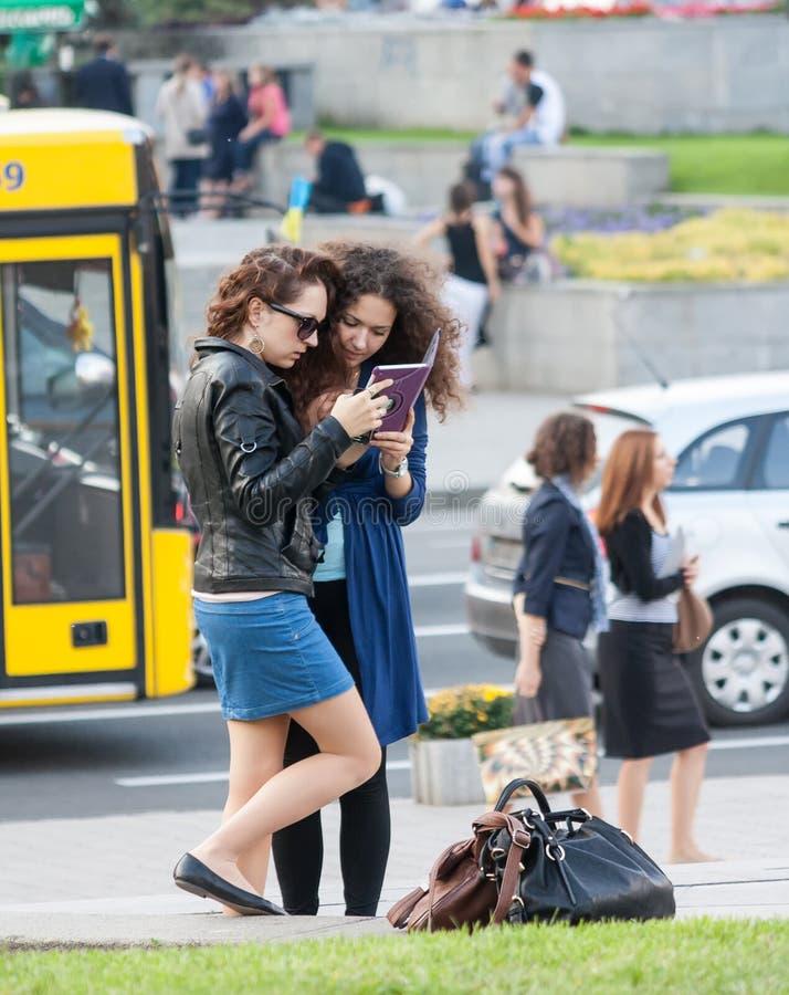 UCRANIA, KIEV - septiembre 11,2013: Chicas jóvenes de Kiev en foto de archivo libre de regalías