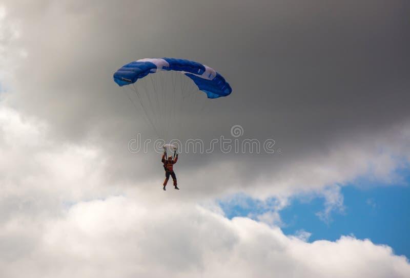Ucrania, Nizhyn - 17 de septiembre de 2016: Skydiver en el cielo nublado imágenes de archivo libres de regalías