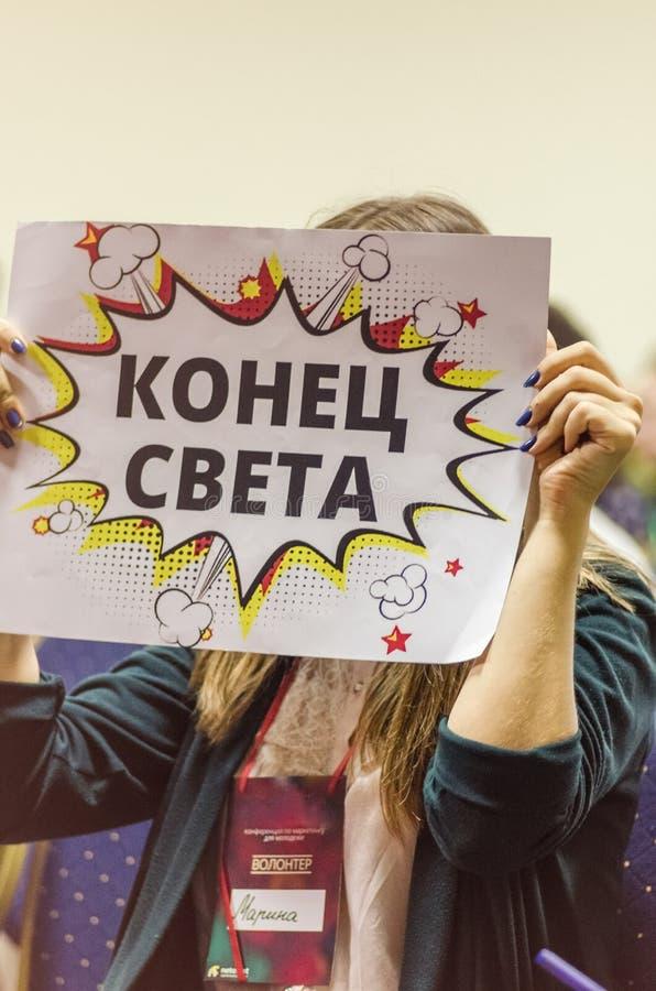 Ucrania, Odessa 24 de septiembre de 2017 La muchacha cubre su cara con una muestra con la inscripción imagen de archivo libre de regalías