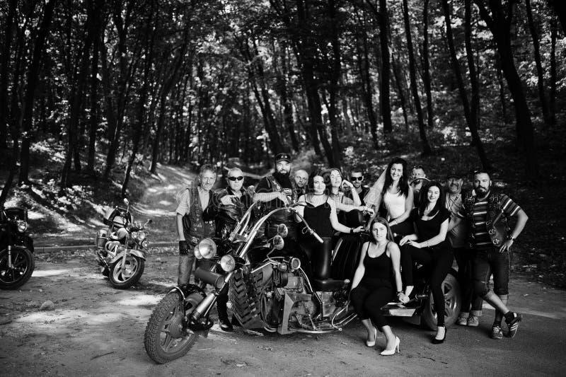 Ucrania, Tarnopol - 8 de septiembre de 2018: Grupo de chicas jóvenes con los motoristas brutales en el partido de gallina en los  imagenes de archivo