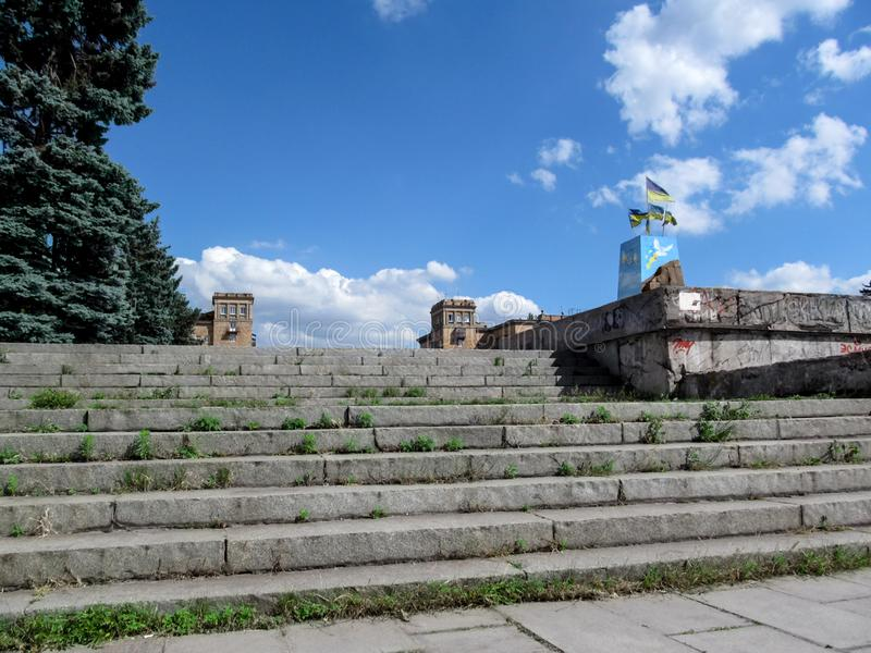 Ucrania, Zaporizhia - 24 de junio de 2017: La escalera del terraplén del Dnieper al cuadrado de Zaporozhian - visión inferior foto de archivo