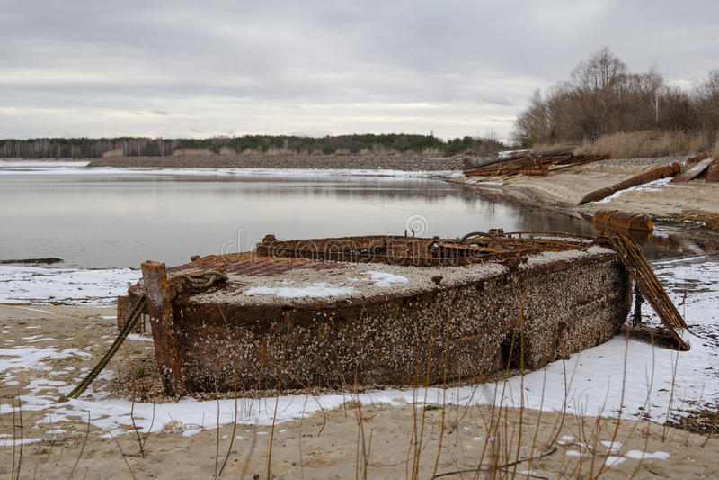 ucrania Zona de exclusión de Chernóbil - 2016 03 20 Barco oxidado abandonado foto de archivo libre de regalías