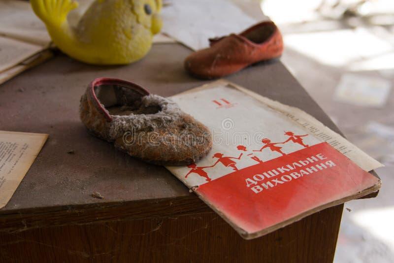 ucrania Zona de exclusión de Chernóbil - 2016 03 19 Juguetes viejos en la guardería abandonada foto de archivo libre de regalías
