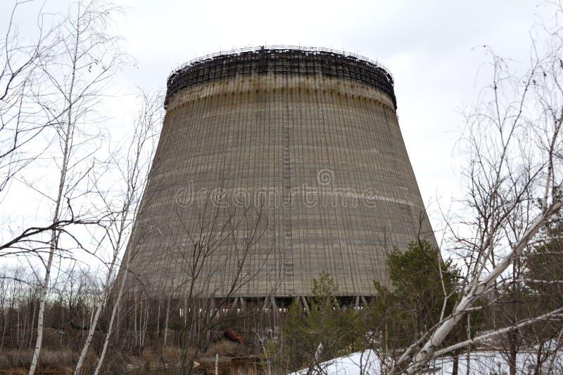 ucrania Zona de exclusión de Chernóbil - 2016 03 20 la torre inacabada está cerca de la central nuclear foto de archivo