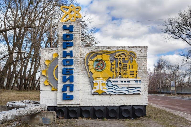 ucrania Zona de exclusión de Chernóbil - 2016 03 19 señal de tráfico en la entrada a la ciudad foto de archivo