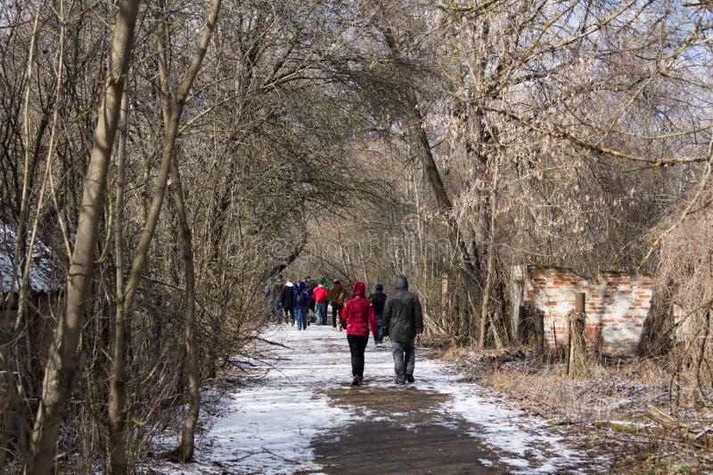 ucrania Zona de exclusión de Chernóbil - 2016 03 19 Turistas que dan un paseo a través de un pueblo abandonado imagen de archivo libre de regalías