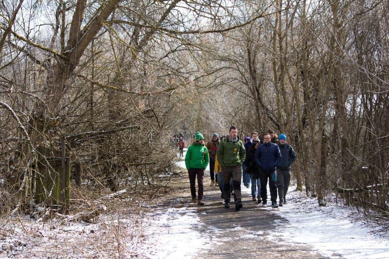 ucrania Zona de exclusión de Chernóbil - 2016 03 19 Turistas que dan un paseo a través de un pueblo abandonado fotos de archivo libres de regalías