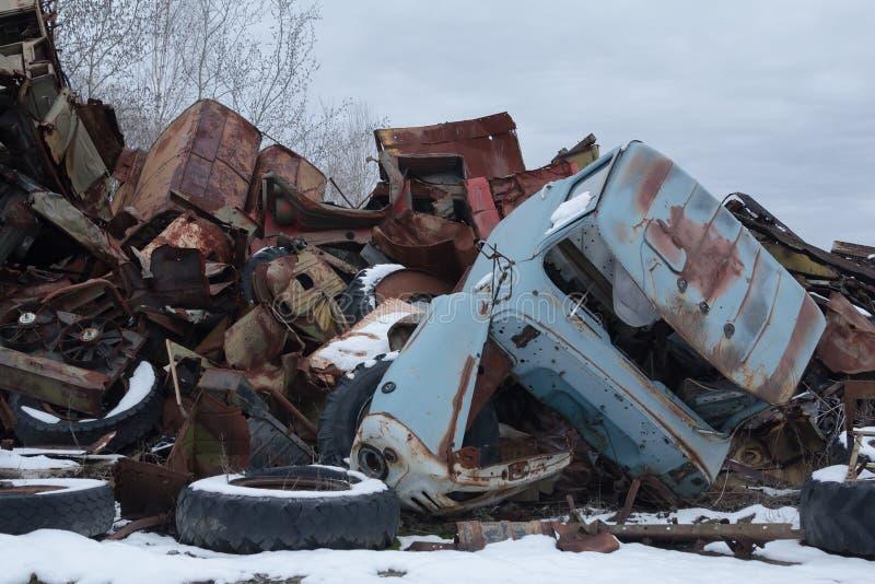 ucrania Zona de exclusión de Chernóbil - 2016 03 20 vehículos radiactivos abandonados foto de archivo