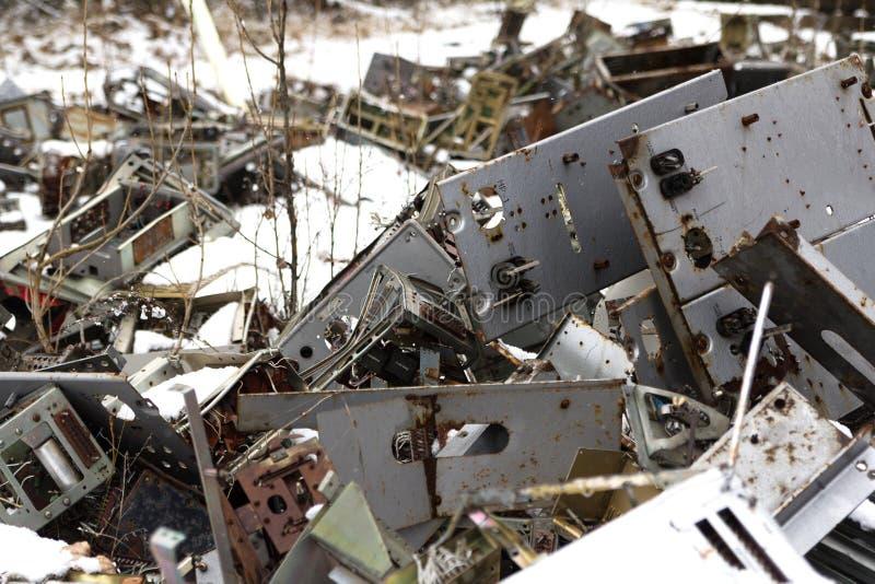 ucrania Zona de exclusión de Chernóbil - 2016 03 20 Viejas piezas de metal en la base militar soviética del abandonet fotografía de archivo