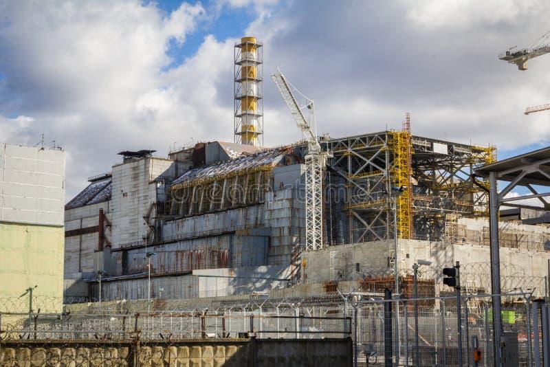 ucrania Zona de exclusión de Chernóbil - 2016 03 19 Vista delantera de la central nuclear imagen de archivo