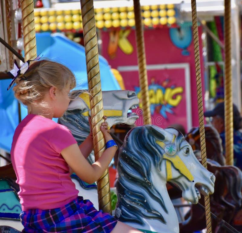Uczciwy czas: Cowgirl na Carousel przy Benton Franklin okręgu administracyjnego jarmarkiem rodeo i, Kennewick, Waszyngton obraz royalty free