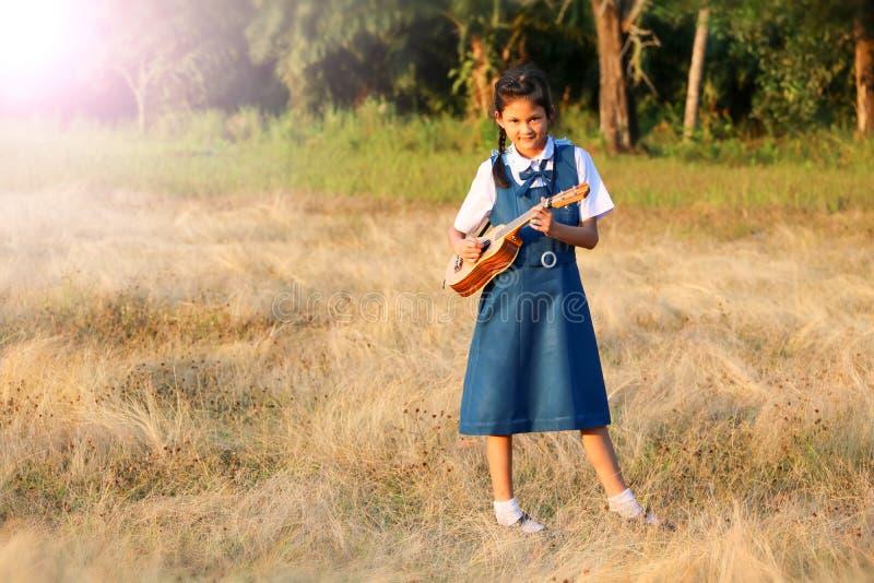 Uczeń uczy się muzycznych instrumenty na zewnątrz sali lekcyjnej i ćwiczy obraz royalty free