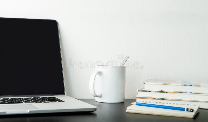 Uczeń, Biurowy pracujący stół z kawy książką i laptop, zdjęcie stock