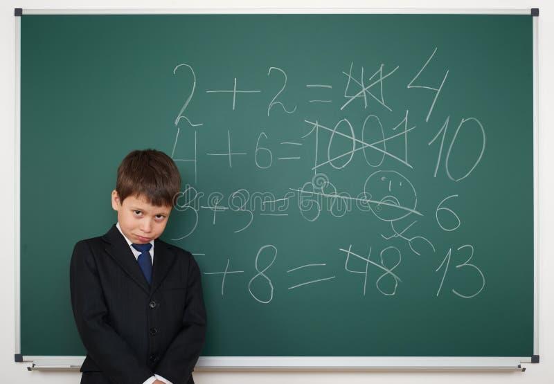 Uczeń blisko zarząd szkoły matematyki rozwiązuje obrazy royalty free