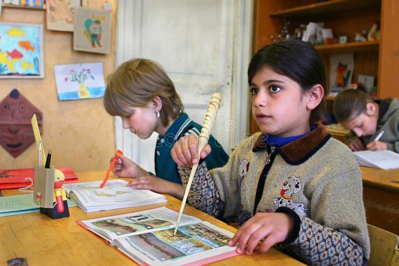 Uczeń dziewczyna inicjał klasy spotyka lekcję w wiejskiej szkole fotografia stock