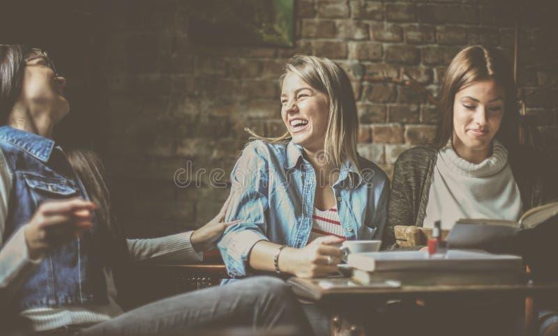 Uczeń dziewczyny ma zabawę w kawiarni zdjęcia stock