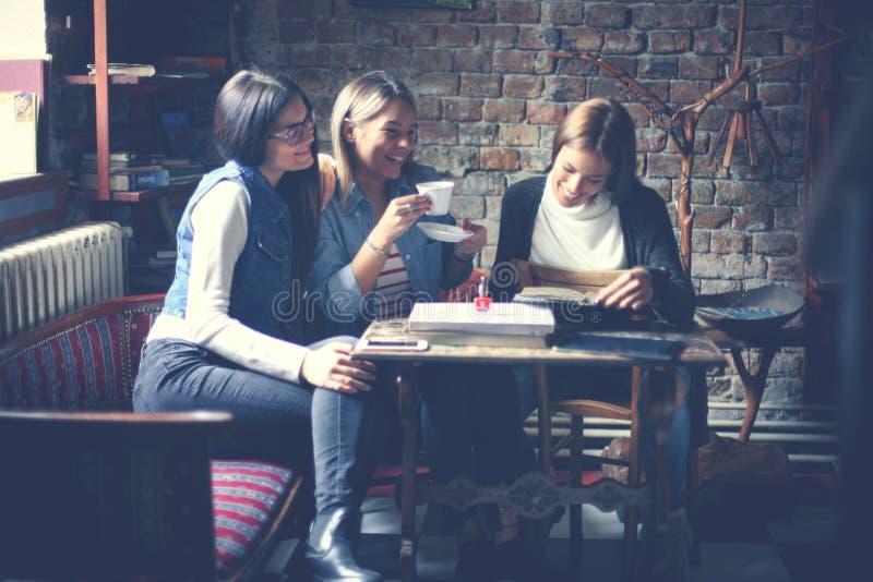 Uczeń dziewczyny ma zabawę w kawiarni obraz stock