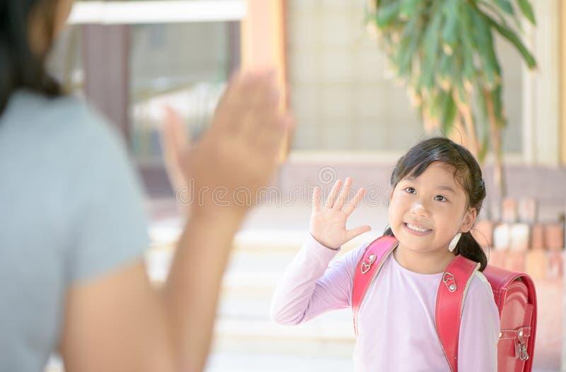 Uczeń iść szkoła i macha do widzenia fotografia stock