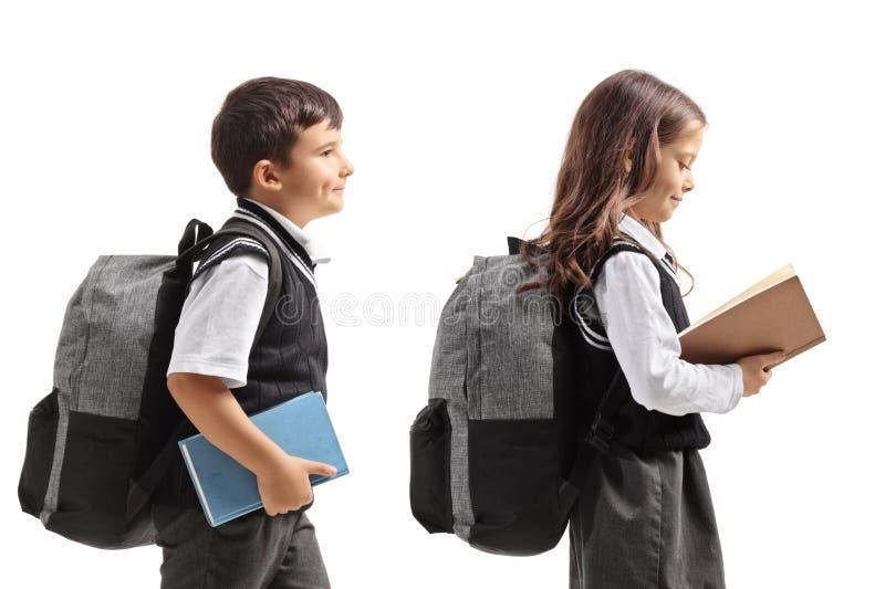 Uczeń i uczennica z plecakami i książkami zdjęcie stock