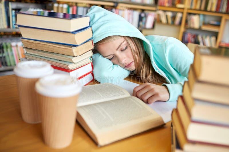 Uczeń lub kobieta z książkami śpi w bibliotece obraz stock