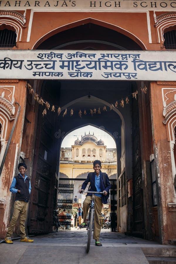 Uczeń na rowerowym pobliskim Maharaja szkoła średnia obraz royalty free