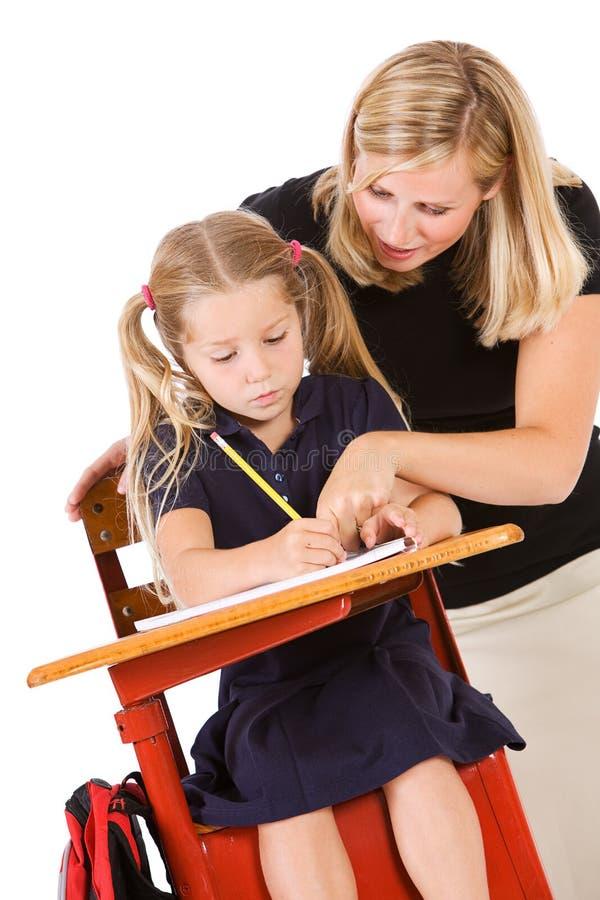 Uczeń: Nauczyciel Pomaga ucznia Z Denerwującą pracą domową fotografia royalty free