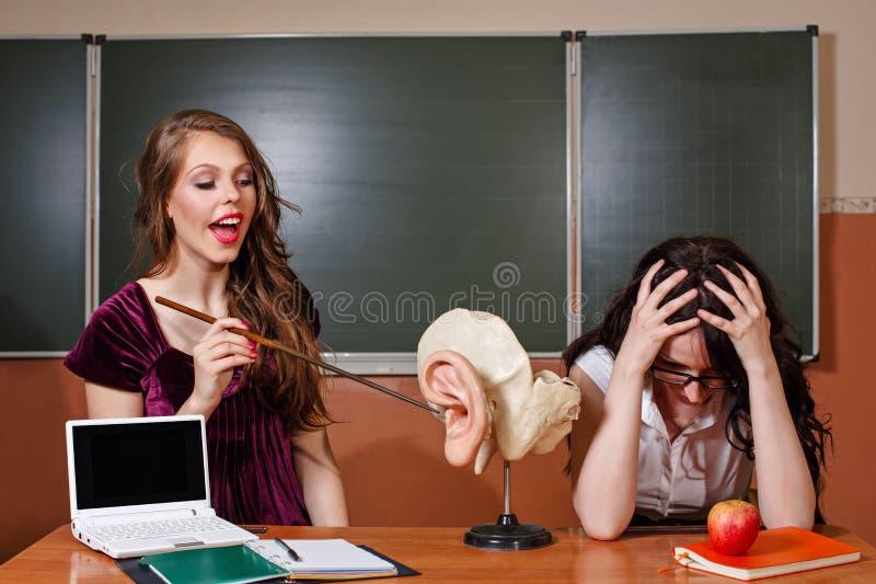 Uczeń odpowiada lekcję Nauczyciel nieszczęśliwa odpowiedź fotografia stock