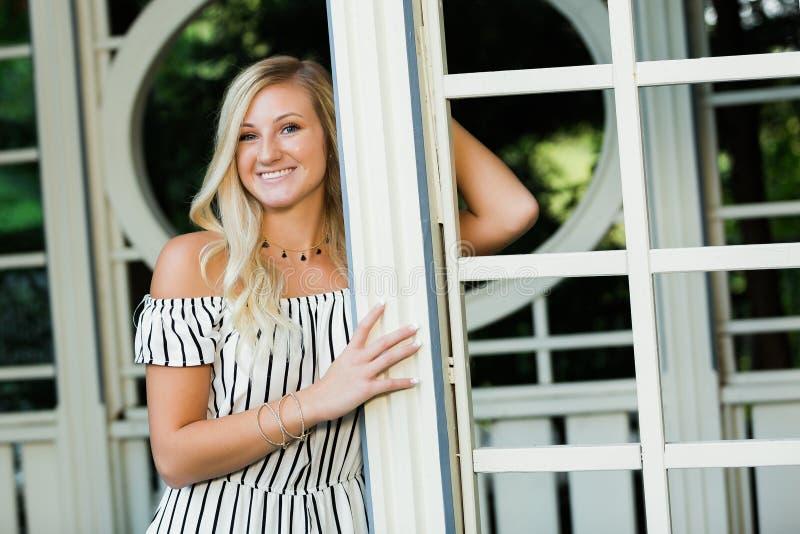 Uczeń Ostatniej Klasy fotografia blondynki Kaukaska dziewczyna Outdoors w Romper sukni fotografia royalty free