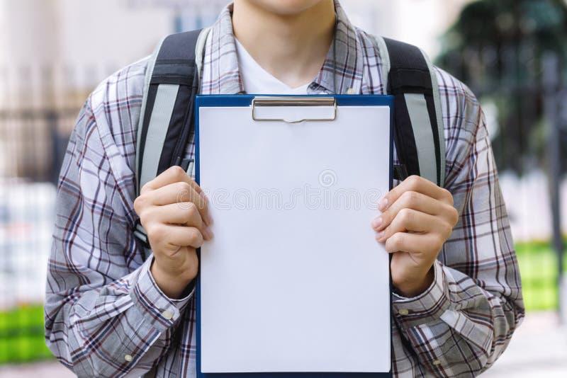 Uczeń pokazuje czek listę obraz stock