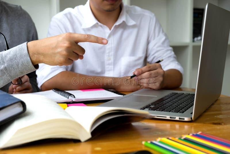 Uczeń pomocy przyjaciela nauczanie podległy dodatkowy i i uczenie obraz stock