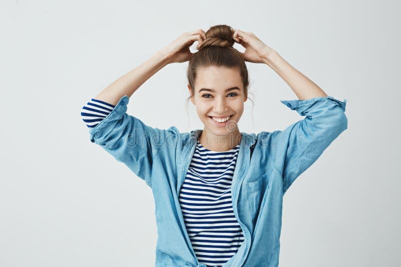 Uczeń przygotowywa zaczynać pracować na jej obrazie Portret piękna szczęśliwa dziewczyna robi babeczki fryzurze, ciągnie włosy obrazy stock