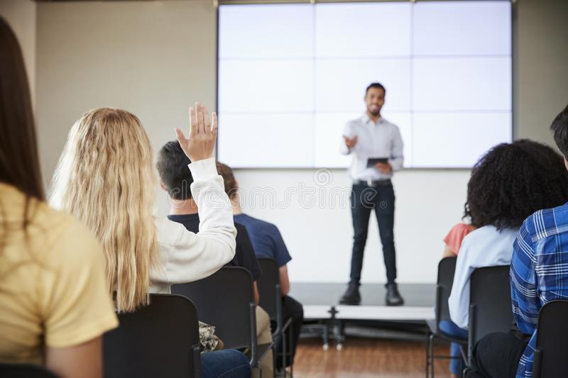 Uczeń Pyta pytanie Podczas prezentaci szkoła średnia nauczycielem fotografia royalty free